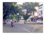 Percis di pinggir jalan raya